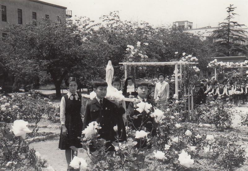 1960 昭和35年5月18日 マリア様の行列バラの花咲き匂う庭園で 横須賀