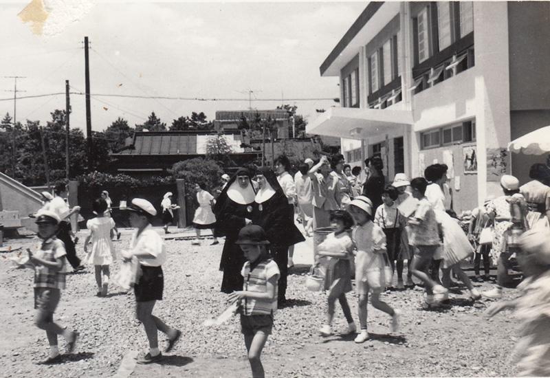 1959 昭和34年度バザーの日 校庭の様子 鎌倉